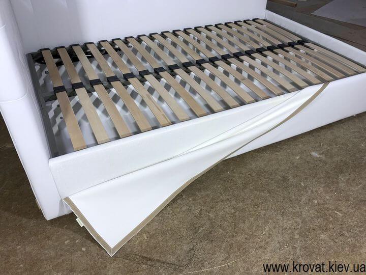 белая кровать из кожзама в спальню на заказ