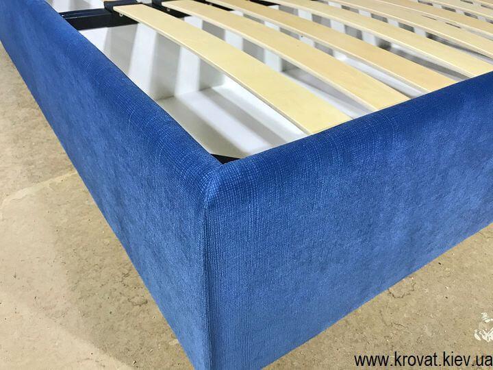 синяя кровать со спинкой сбоку из ткани на заказ