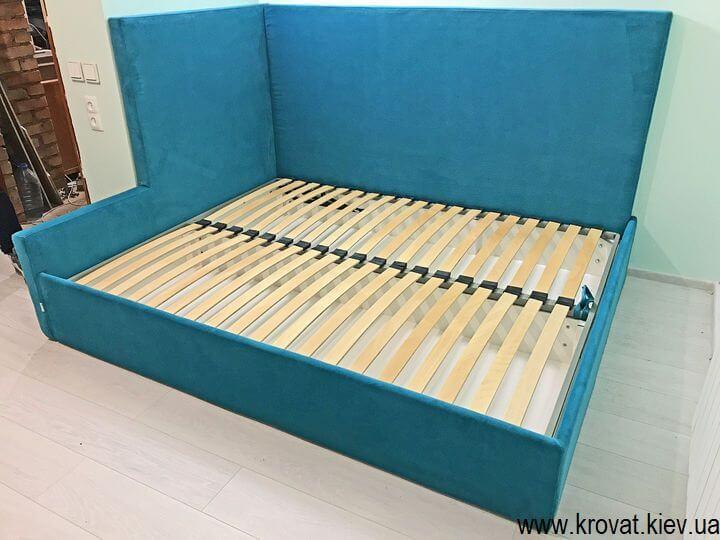 кутове ліжко з підйомним механізмом в інтер'єрі спальні