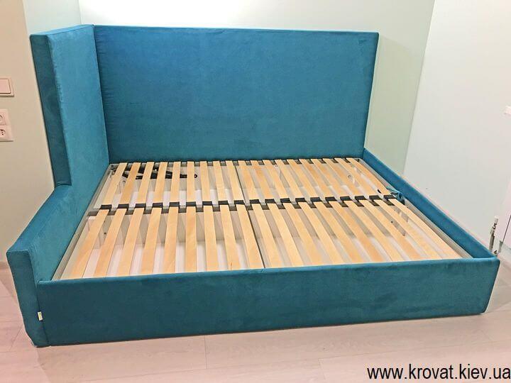 кутове ліжко з підйомним механізмом в інтер'єрі кімнати