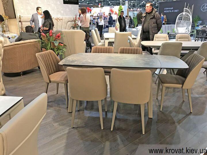 столы и стулья на мебельной выставке в Киеве