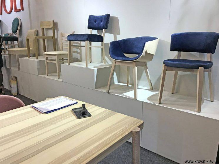 кресла на мебельной выставке в Киеве