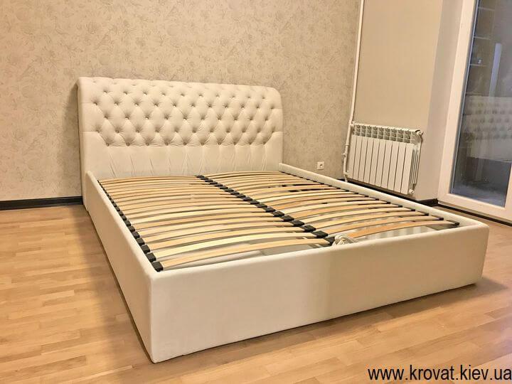 ліжко без узніжжя в інтер'єрі спальні