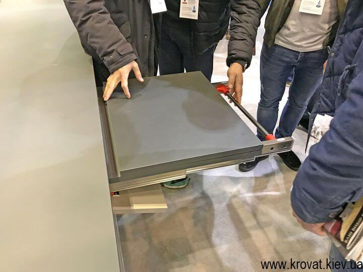 раскладной стол на выставке мебели в Киеве