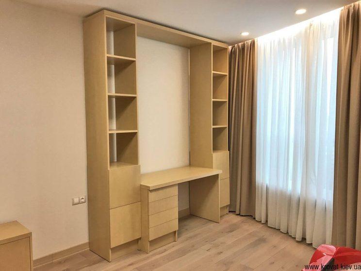 шпонированный стол в интерьере комнаты на заказ
