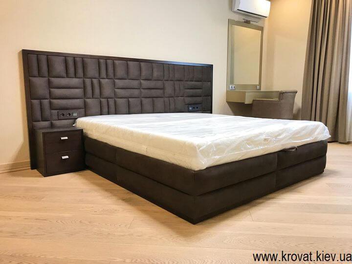 велике ліжко в спальню