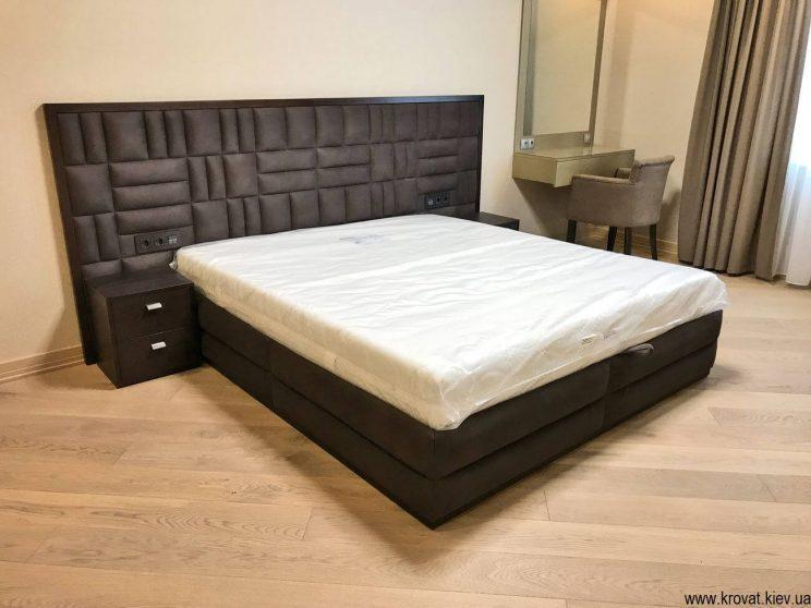большая кровать в интерьере спальни на заказ