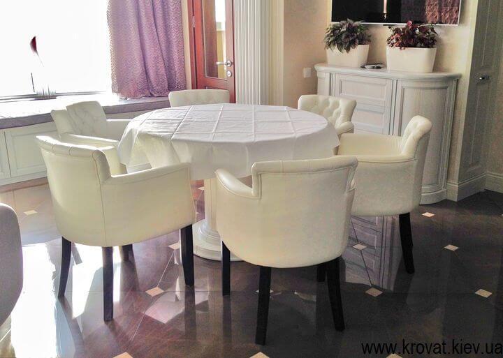 кожаные кресла в интерьере кухни на заказ