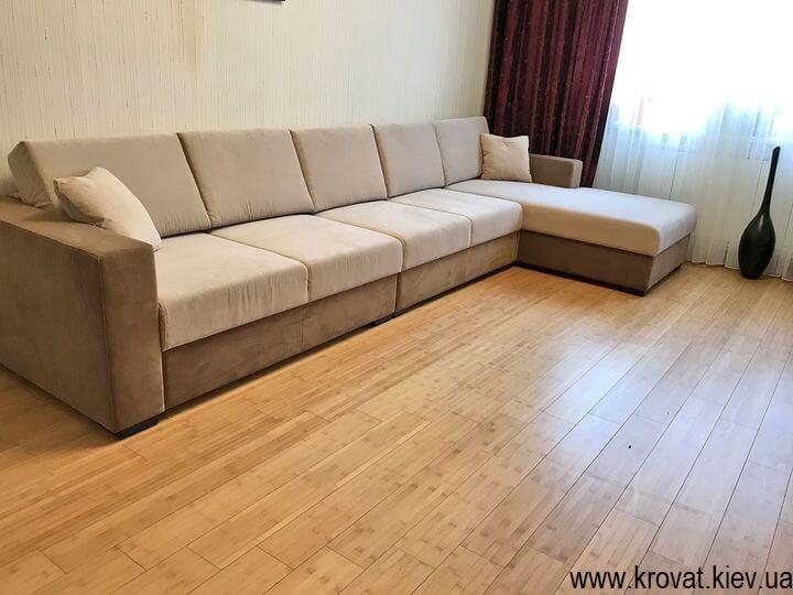 большой угловой диван в интерьере гостиной на заказ