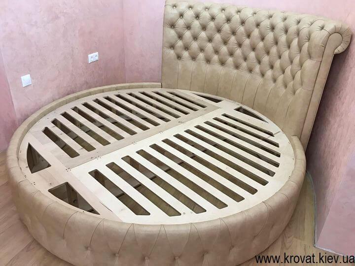кожаная круглая кровать в интерьере спальни