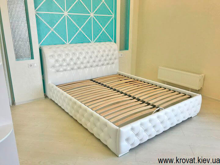 біле ліжко Честер в інтер'єрі спальні на замовлення