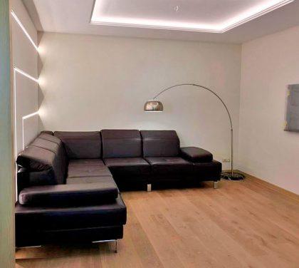 угловой диван на металлических ножках в гостиной
