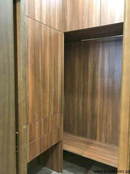 маленька гардеробна кімната