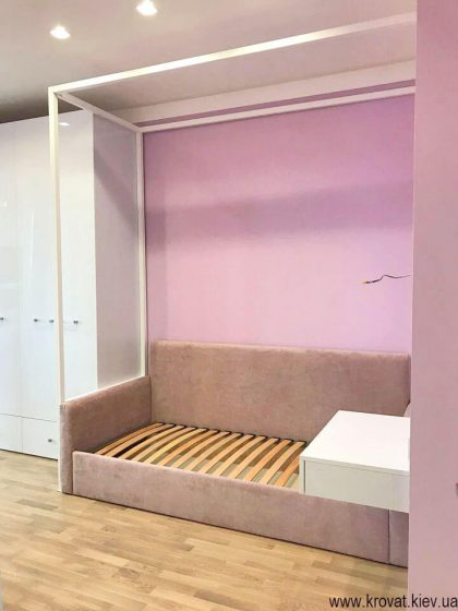 кровать диван для девочки в интерьере детской