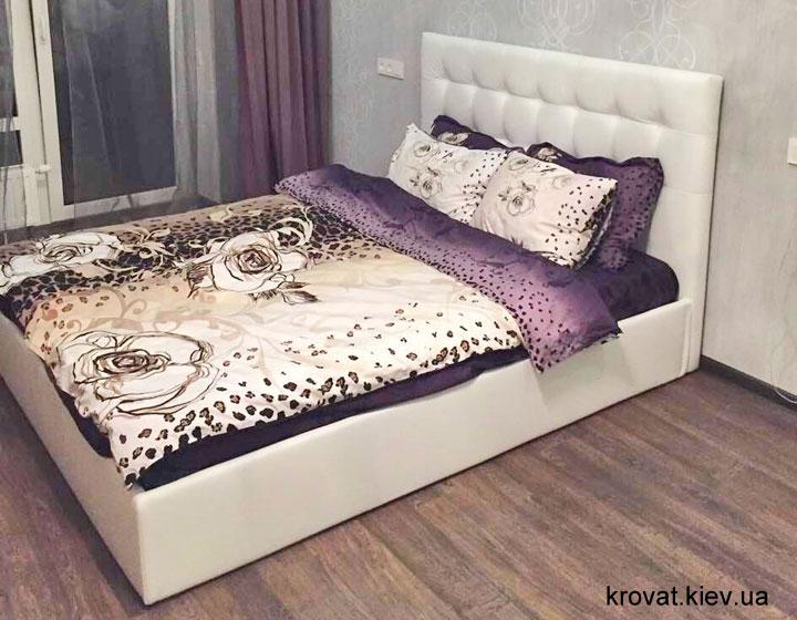 біле ліжко в інтер'єрі спальні на замовлення