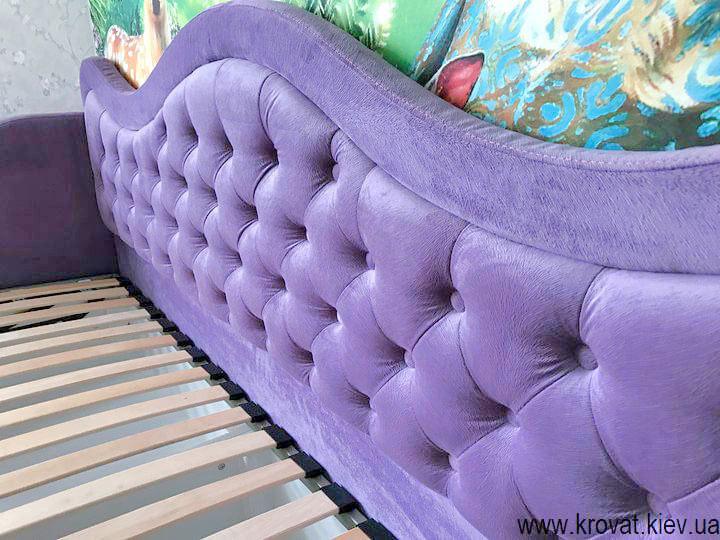 дитяче ліжко для дівчинки в інтер'єрі спальні