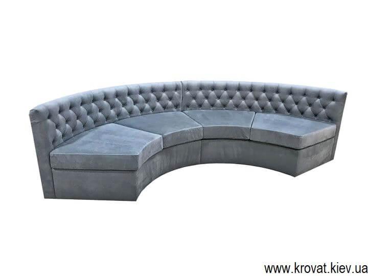 напівкруглий диван в еркер
