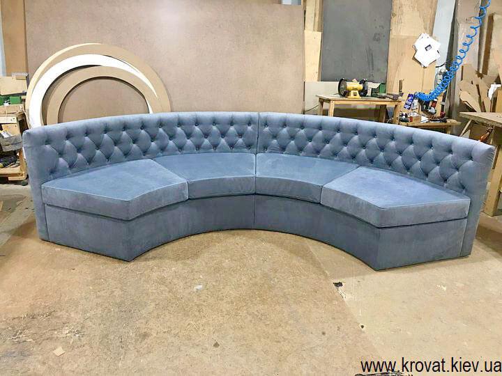 напівкруглий диван в еркер спальні на замовлення