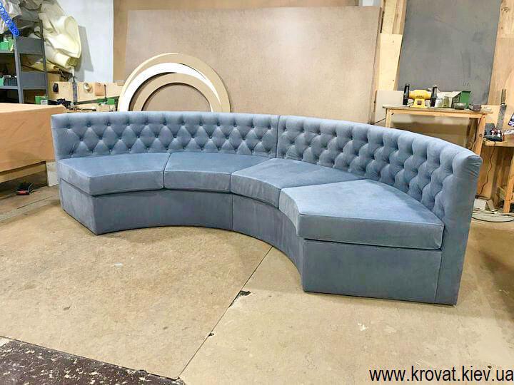 полукруглый диван в эркер гостиной на заказ