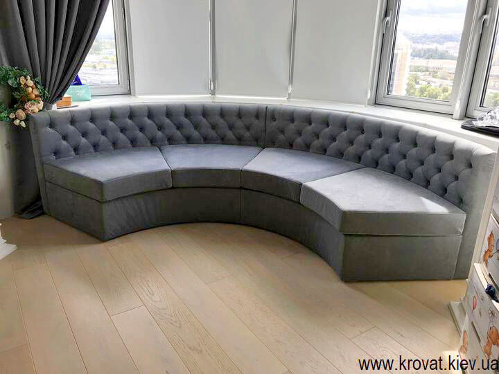 напівкруглий диван в еркер в інтер'єрі