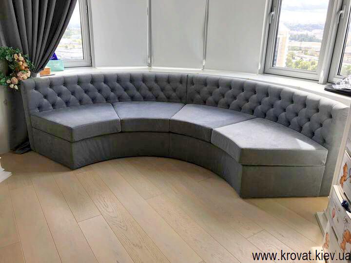 полукруглый диван в эркер в интерьере