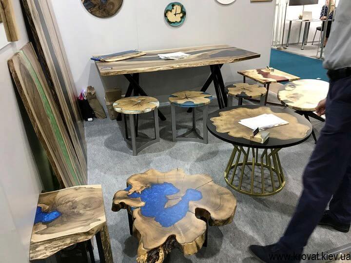 деревянные столы на мебельной выставке