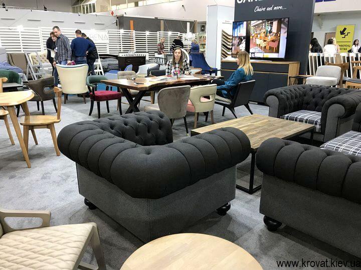 мягкая мебель на мебельной выставке