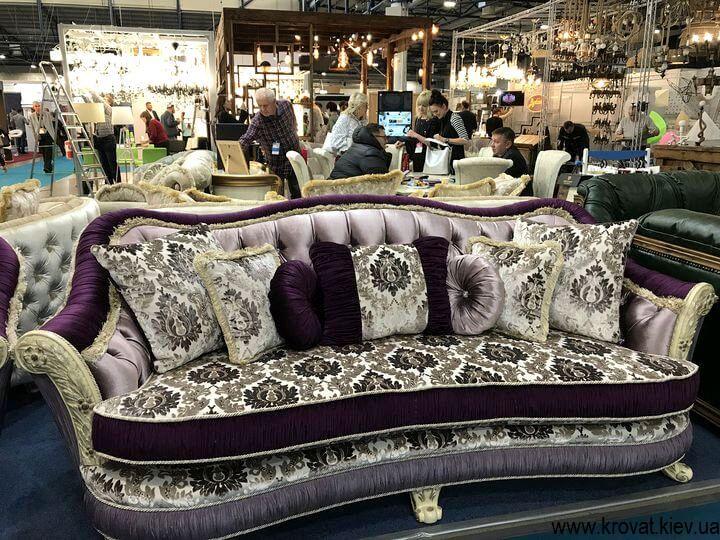 классический диван на мебельной выставке