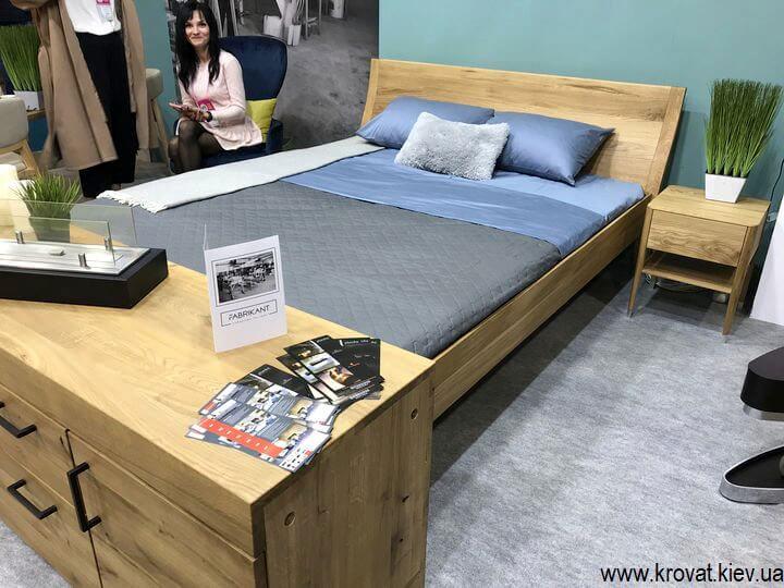 двуспальная кровать из шпона с тумбочками