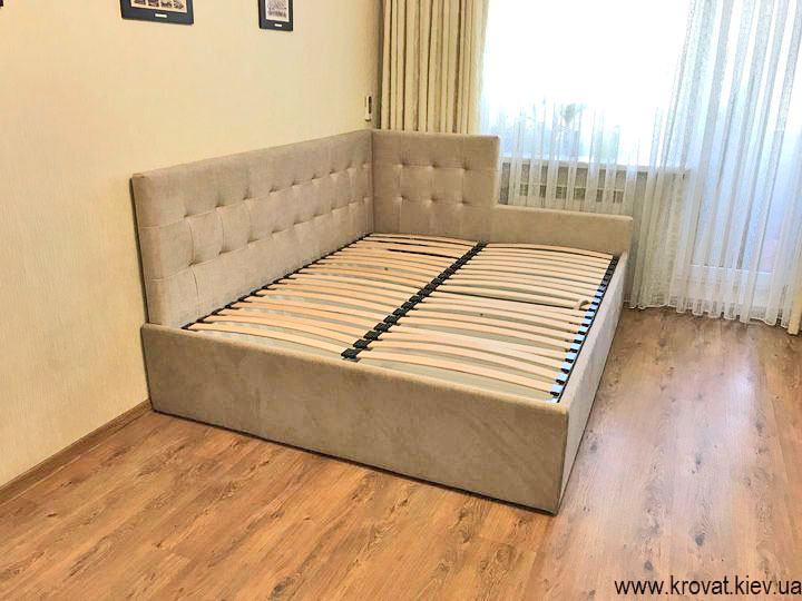 кровать с обрезанной спинкой в интерьере комнаты