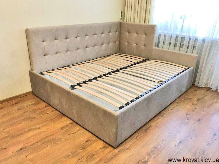 угловая кровать в интерьере комнаты
