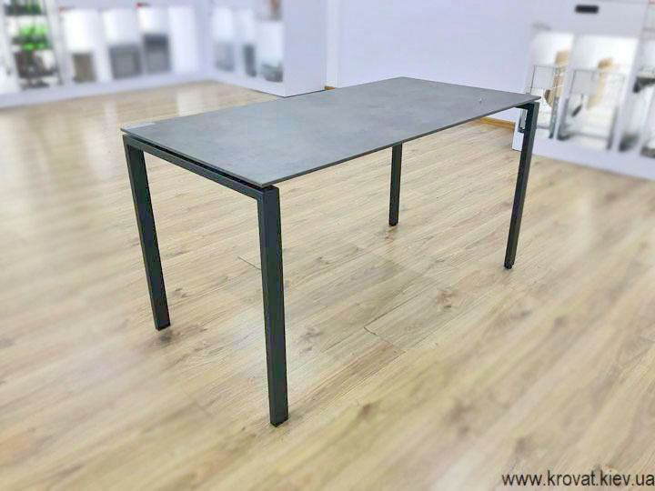 письмовий стіл з металевими ніжками