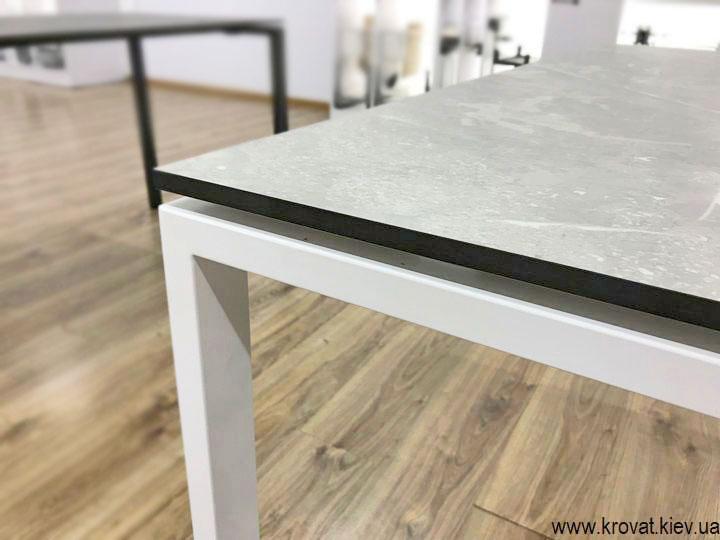 стіл на металевих ніжках