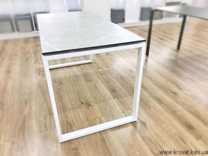 письмовий стіл на металевих ніжках