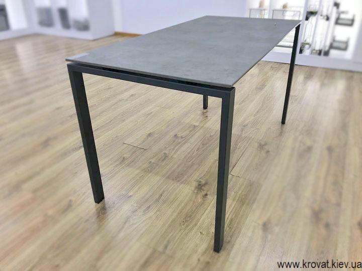 кухонний стіл з металевими ніжками