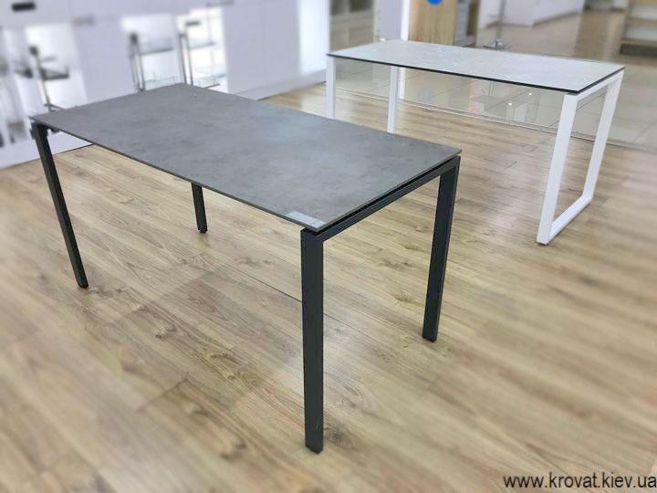 стіл на металевих опорах