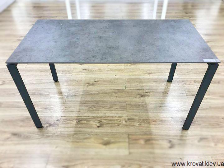 офісний стіл на металевих ніжках