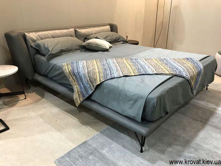 двоспальне ліжко з м'яким узголів'ям