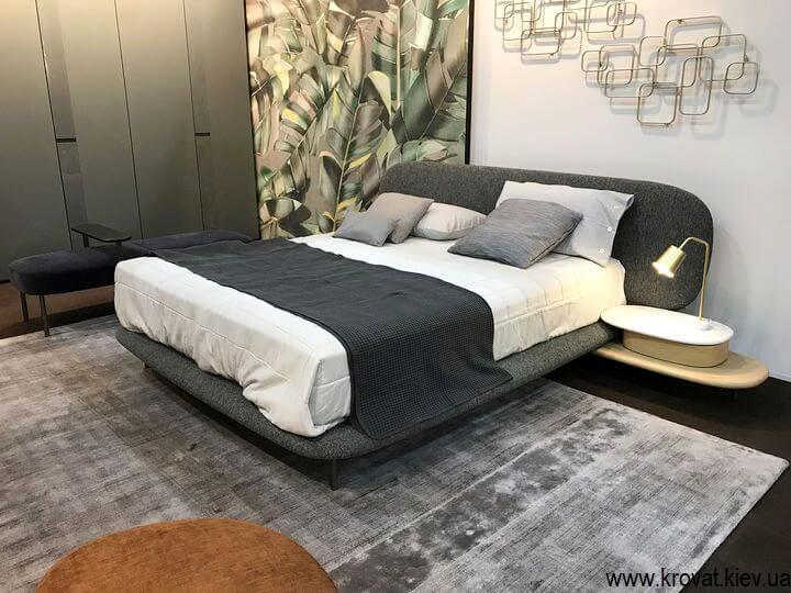 м'яке ліжко в інтер'єрі спальні