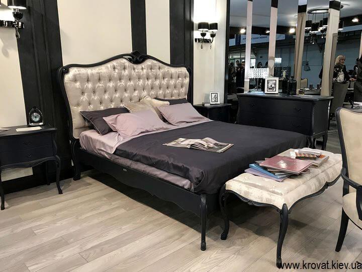 кровать в классическом стиле с банкеткой