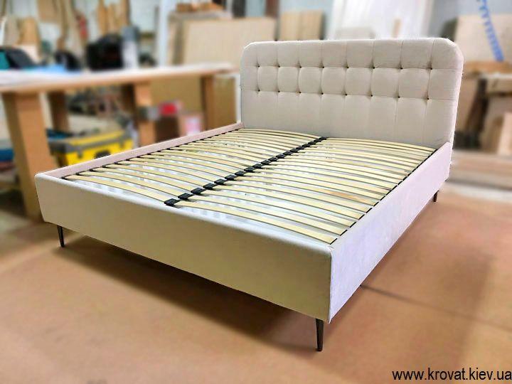 высокие кровати в американском стиле