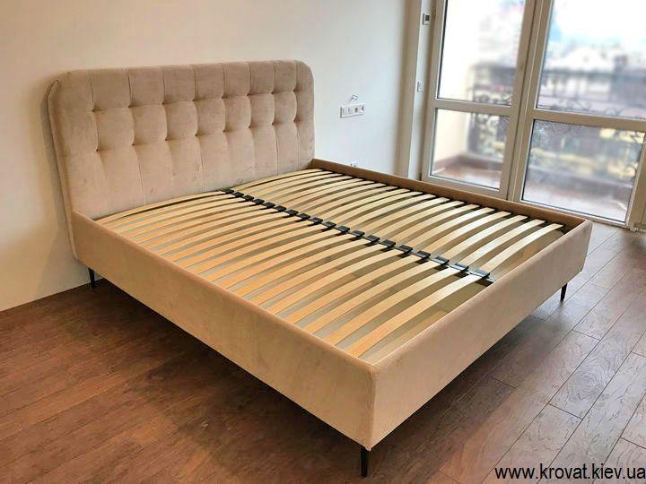 ліжко на високих ніжках