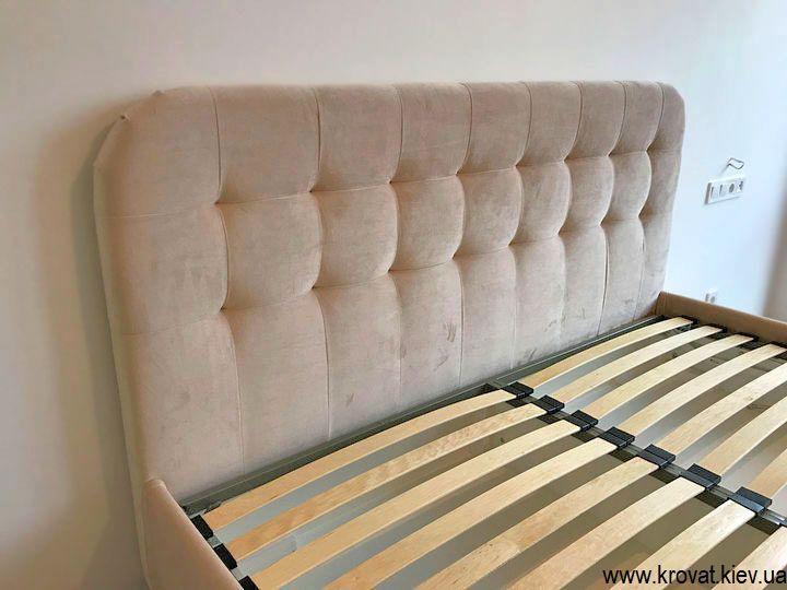 двуспальная кровать с высокими ножками