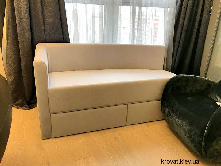 дитяче ліжко з висувними ящиками в інтер'єрі спальні