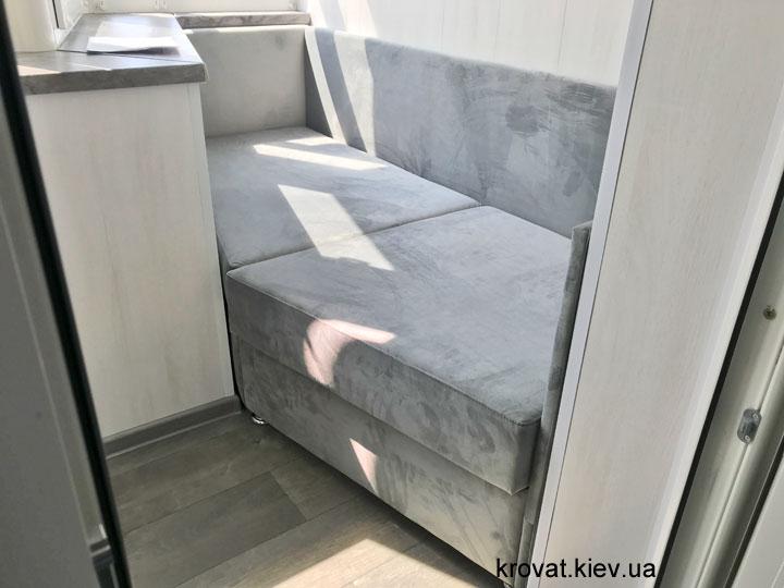 встроенный диван в интерьере балкона на заказ