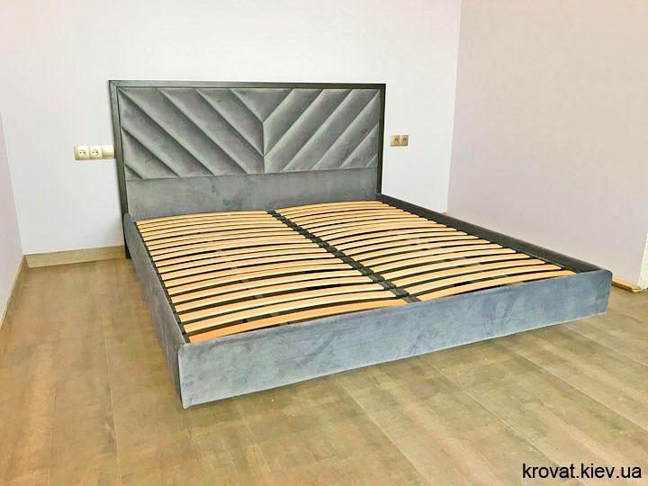 ширяюче ліжко в інтер'єрі спальні