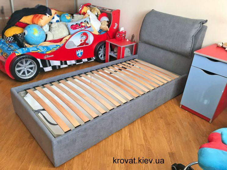 односпальне ліжко в інтер'єрі спальні