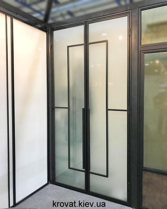 распашные двери в металлическом профиле