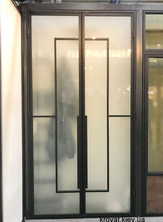 распашные двери с металлическим обрамлением