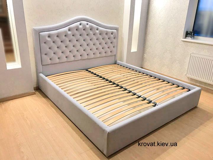 кровать с окантовкой изголовья в интерьере спальни
